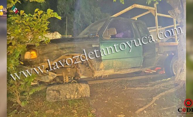 Abandona su camioneta tras impactarse contra la guarnición | LVDT