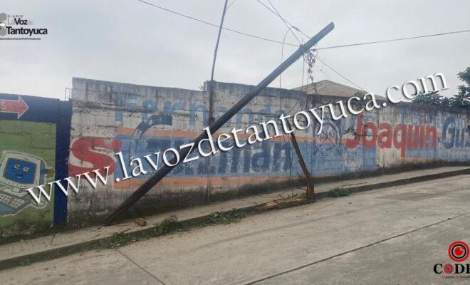 Conductor destroza poste de TELMEX en Tantoyuca   LVDT