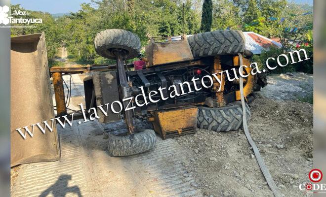 Vuelca retroexcavadora en Ixcatepec, conductor resultó ileso | LVDT