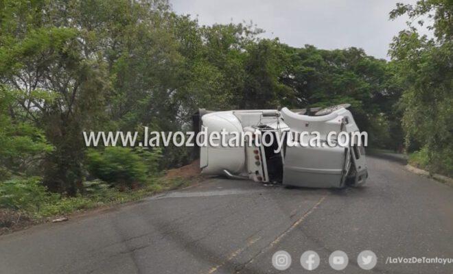 Vuelca trailer en carretera federal