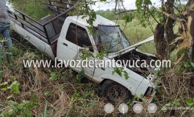 Choca contra un árbol tras falla mecánica; conductor y acompañante resultaron ilesos