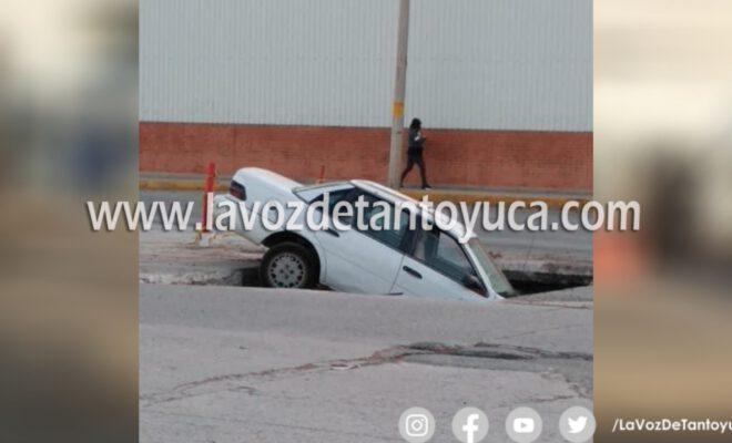 Enorme socavón devoró automóvil en la capital potosina