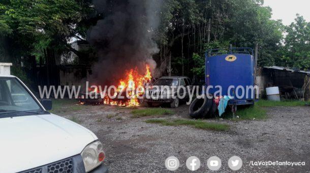 Se incendian dos camionetas dentro de una propiedad privada, en Tantoyuca