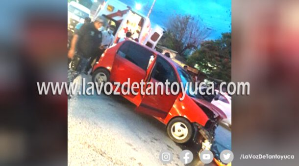 Choque de autos deja dos adultos mayores lesionados