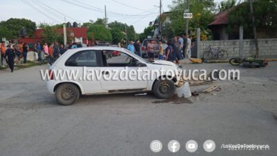 Adolescentes heridos al chocar su moto contra un auto