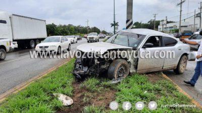 Automóvil derrapa sobre la Avenida se proyecta contra poste