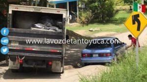 Otra vez; vehículo queda atorado en semejante hoyanco en la Av. Platón Sánchez