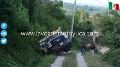 Camioneta a punto estuvo de volcar en camino vecinal