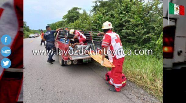 Jóvenes resultan gravemente heridos tras derrapar en su motocicleta