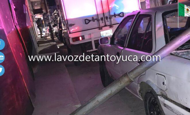 Cae poste de alumbrado público sobre un vehículo
