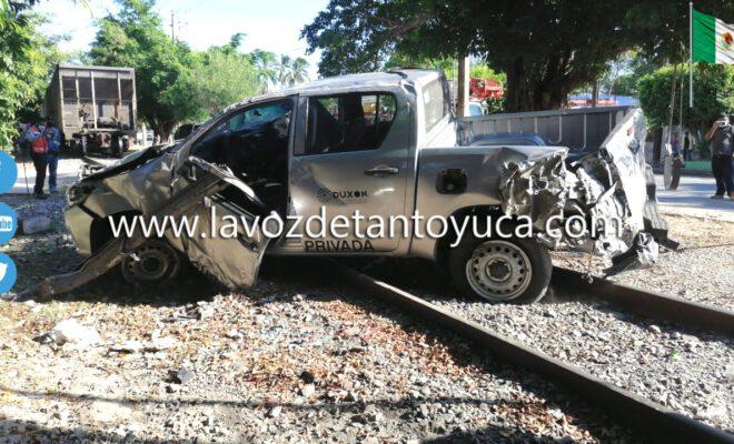 Locomotora embiste a una camioneta