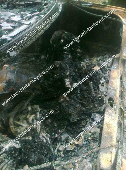 Así quedaron los dos hombres quemados dentro del vehículo en Tantoyuca.