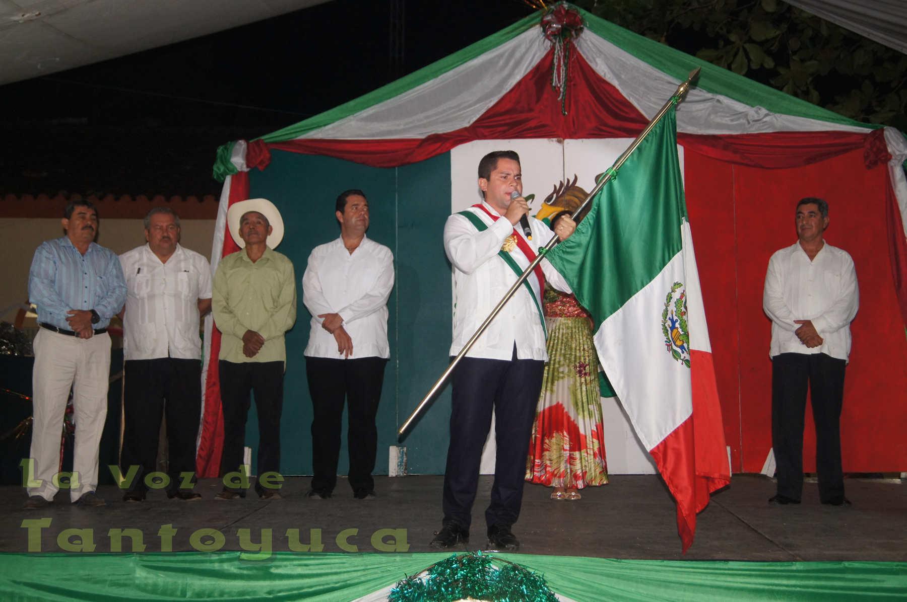 Momentos en que el Lic. Jonathan Ángel Flores Sánchez daba en tradicional Grito de Independencia.