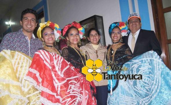 El Lic. Pedro Toribio Martínez entregó merecidos reconocimientos a los diversos grupos de danzas que participaron en esta exitosa feria en honor a Santa Catarina. Foto: La Voz De Tantoyuca.