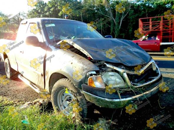 La camioneta quedó en su posición normal luego de volcar. Foto: La Voz De Tantoyuca.