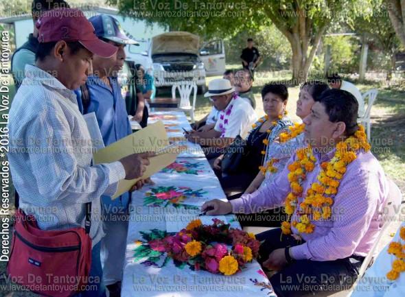En Cahuayoapa, el alcalde también atendió a los ciudadanos tras el termino de la inauguración de la rehabilitación del camino que conduce a dicha localidad. Foto : La Voz De Tantoyuca.