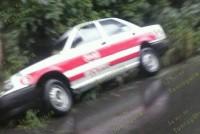 Derrapa taxi en tramo federal; leves daños materiales