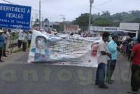 FDOMEZ bloquea carretera entre los límites de Hidalgo y Veracruz; exigen la presentación de los 43 normalistas desaparecidos en Ayotzinapa